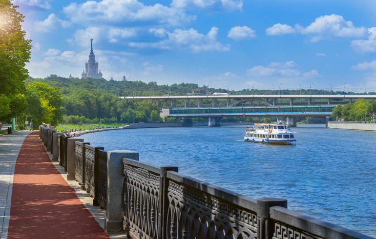 Фрунзенская набережная в Москве