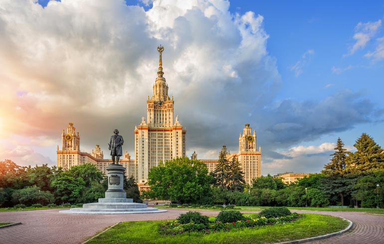 Парк возле главного здания МГУ им. Ломоносова