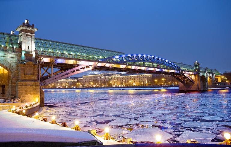 Пушкинский пешеходный мост в Москве