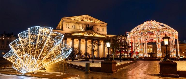 Автобусная экскурсия по новогодней Москве – «Огни новогодней Москвы». Новогодние инсталляции на Театральной площади возле Большого театра