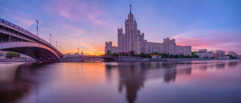 Автобусная экскурсия по сталинским высоткам в Москве. Жилой дом на Котельнической набережной