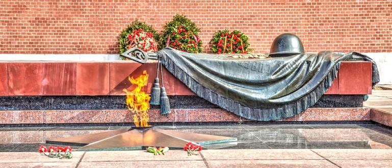 Авторская экскурсия – «Поющий» автобус на улицах Москвы: песни военных лет». Вечный огонь в Александровском саду