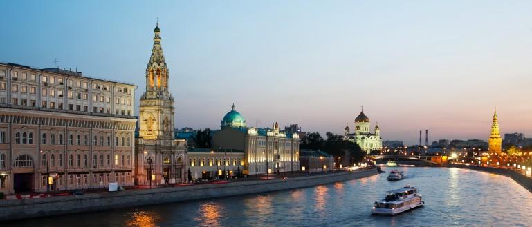 Новогодняя прогулка на теплоходе по Москве–реке с обедом или ужином и дискотекой