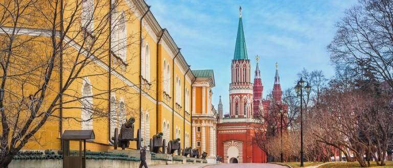 Пешеходная экскурсия – «Тайны ленинского склепа». Здание Арсенала и вид на башни Московского Кремля